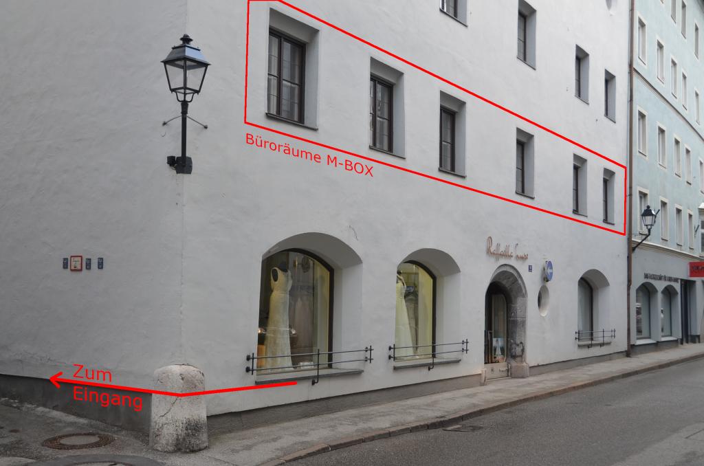 Front der Innsbrucker Straße 16, mit Pfeil zum Eingang